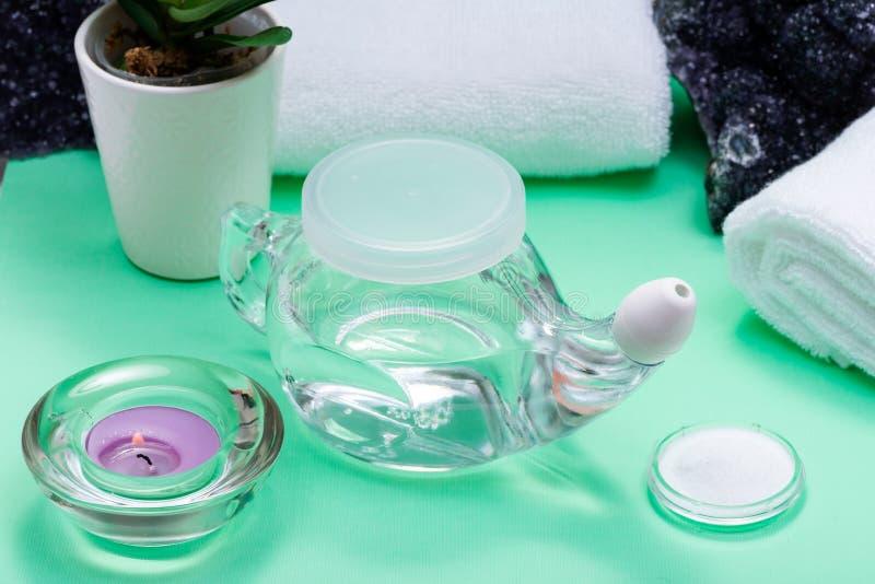 Бак Neti, куча соляных, свернутых белых полотенец, пурпурных цветков орхидеи и свечи света чая лаванды на зеленой предпосылке Мыт стоковое изображение rf