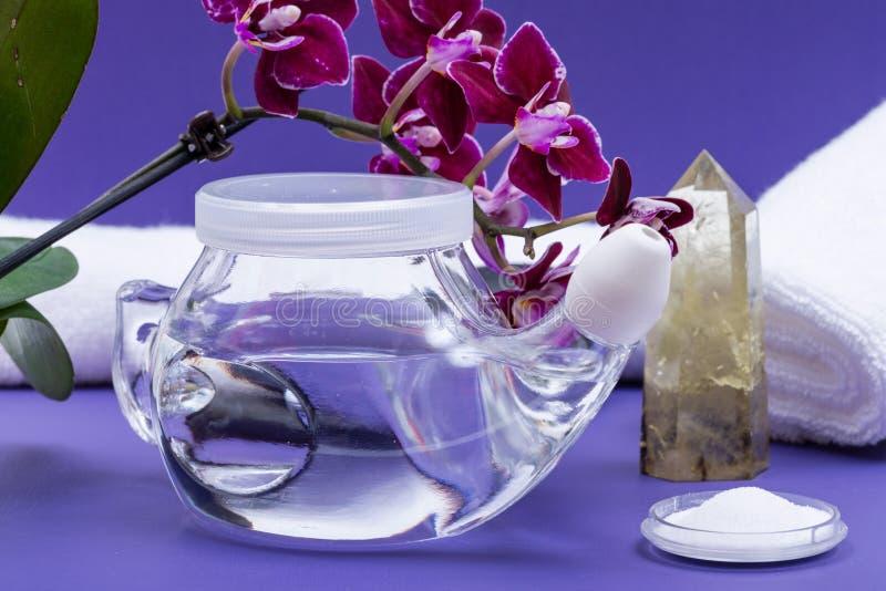 Бак Neti, цветки соляного, орхидеи, свернутые вверх по белым полотенцам и отполированному пункту кварца цитрина на пурпурной пред стоковое фото