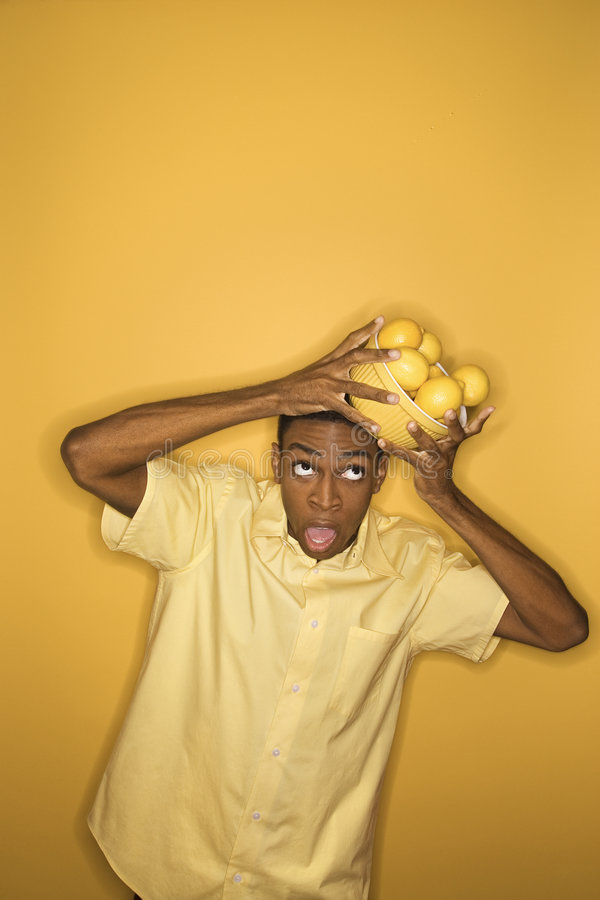 балансируя головка шара падая его человек лимонов стоковое фото