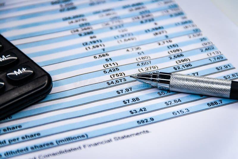 Балансовый отчет ,карандаш,калькулятор на бухгалтере's стол стоковое изображение rf