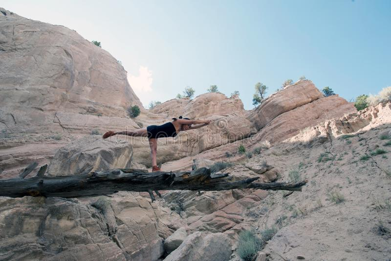 Баланс воина женщины йоги коренного американца стоковое изображение