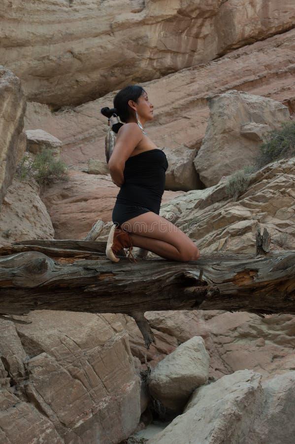Баланс молитве женщины йоги коренного американца стоковое фото rf