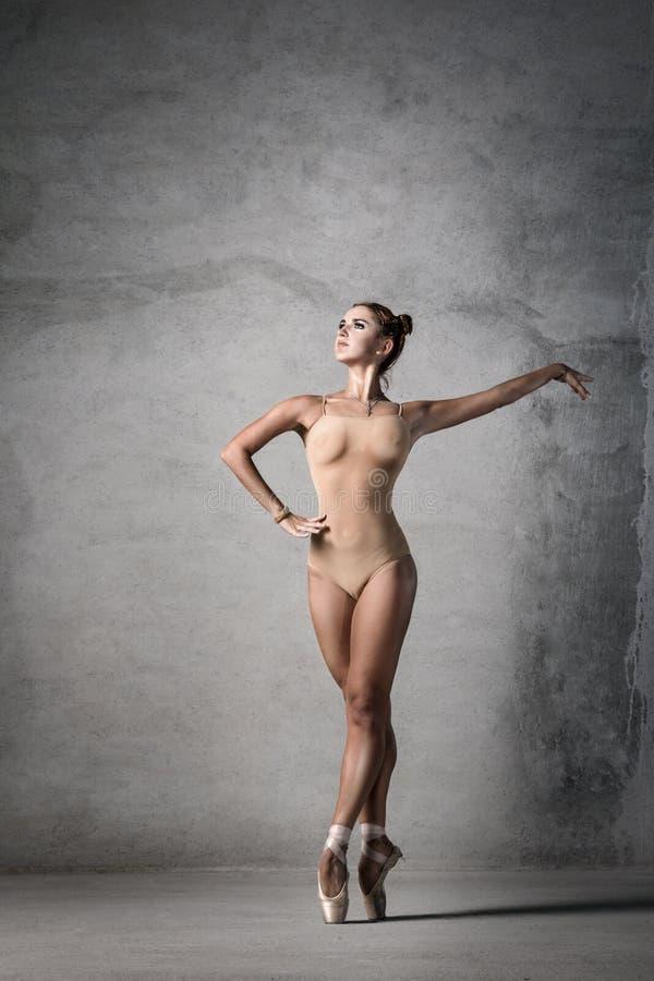 Балерина в представлении танца стоковое изображение