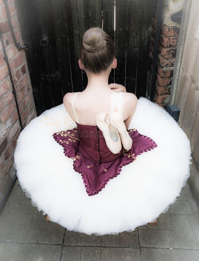 Балерина в саде стоковые изображения