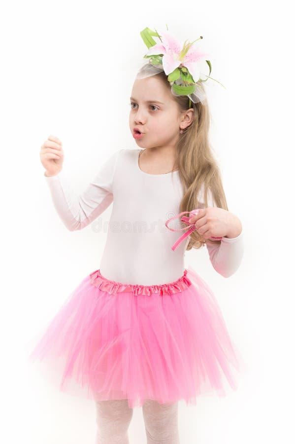 Балерина девушки с цветком в длинной беседе светлых волос стоковая фотография