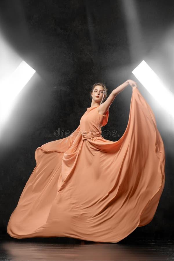 Балерина демонстрирует навыки танца Красивый классический балет стоковые фотографии rf