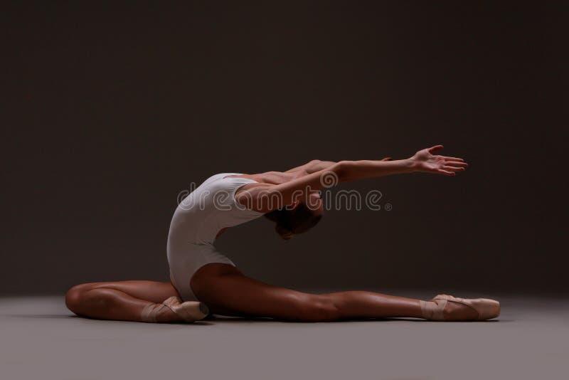 Балерина красиво делает протягивать стоковые фотографии rf
