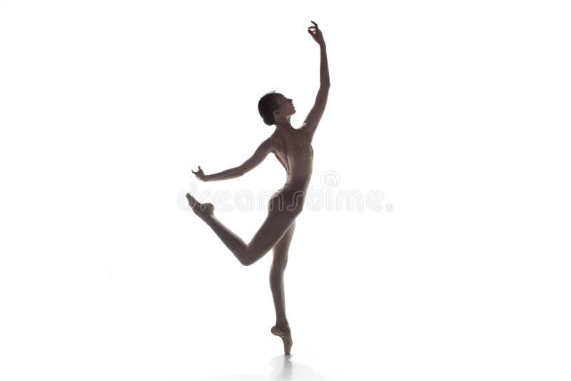Балерина Молодые грациозно женские танцы артиста балета изолированные на белизне Красота классического балета стоковое изображение