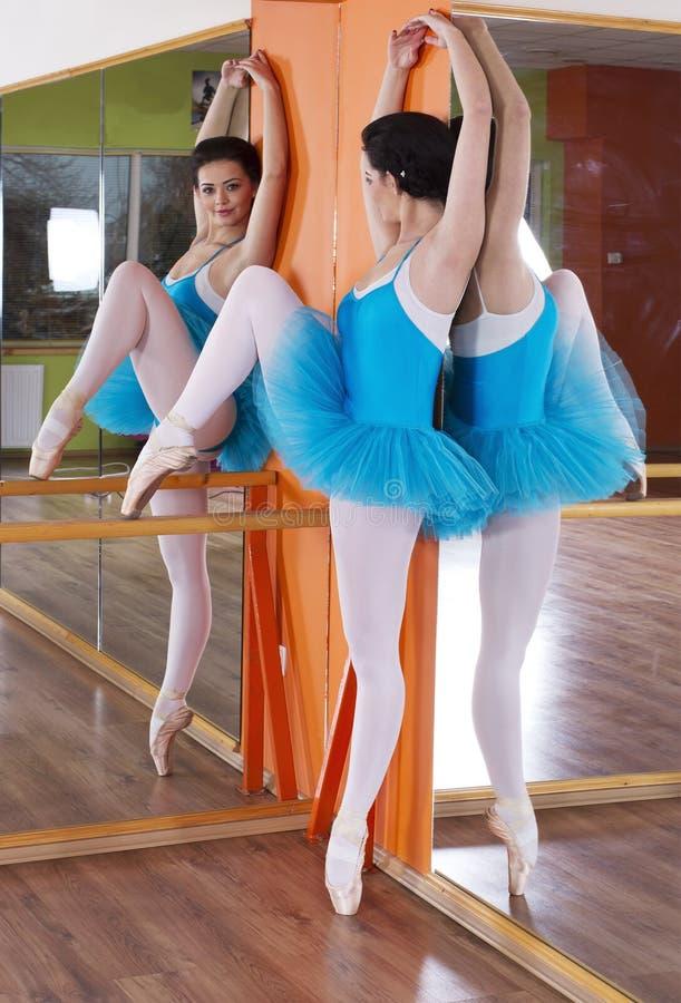 Балерина тренировки положения балета стоковые фотографии rf
