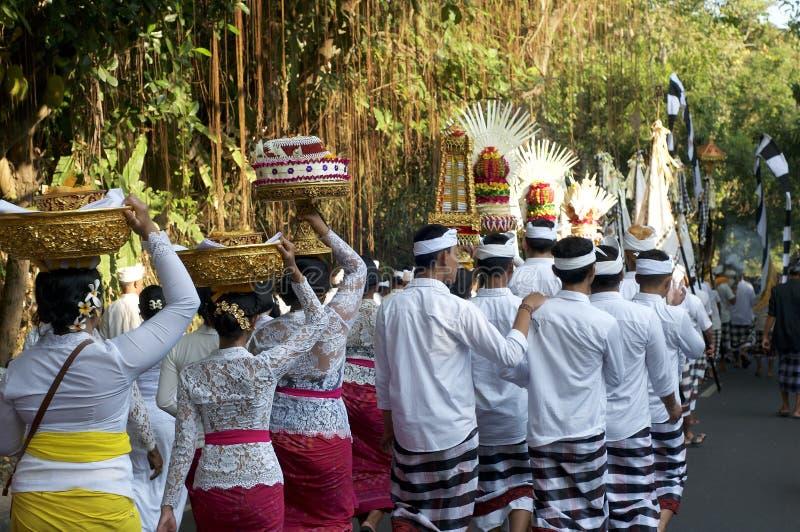 Балийские люди во время традиционной церемонии стоковое изображение rf