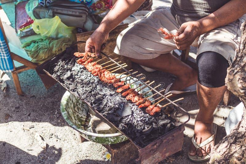 Балийский индонезийский цыпленок еды улицы питает Подготавливающ цыпленка напитайте Остров Бали стоковые изображения