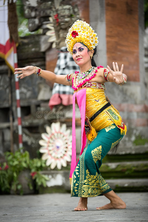БАЛИ, ИНДОНЕЗИЯ, 24,2014 -ГО ДЕКАБРЬ: Выставка танца Barong стоковые фотографии rf