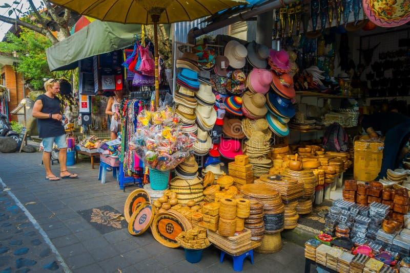 БАЛИ, ИНДОНЕЗИЯ - 16-ОЕ МАРТА 2016: Взгляд рекламы и торговые деятельности главным образом рынка в городке Ubud на Бали стоковые изображения