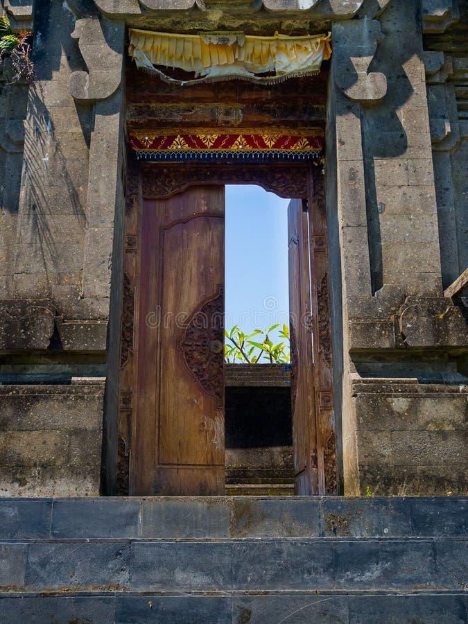 БАЛИ, ИНДОНЕЗИЯ - 11-ОЕ МАРТА 2017: Закройте вверх входа виска Uluwatu в остров Бали, Индонезию стоковые изображения