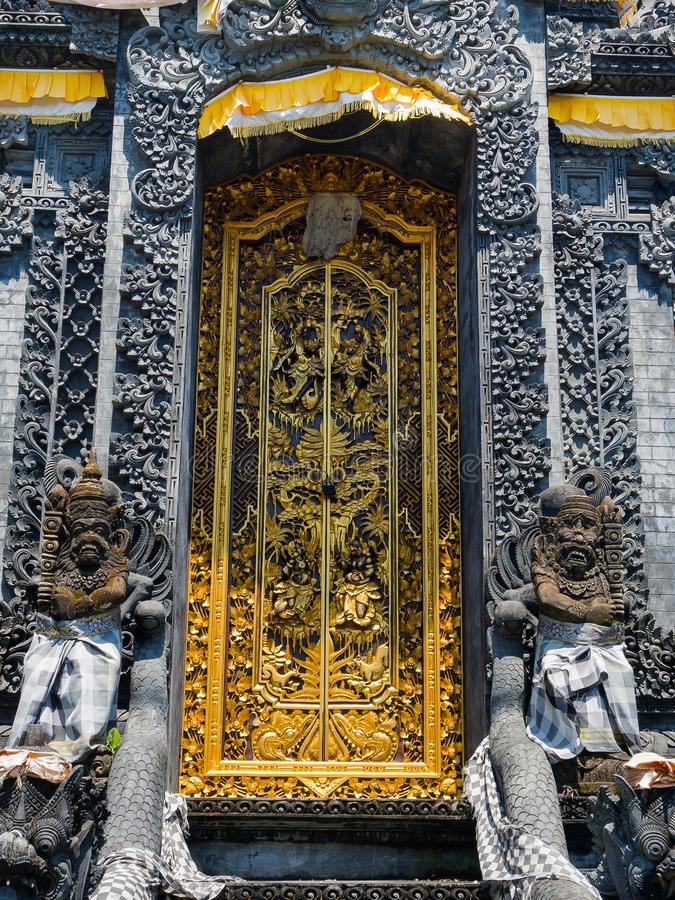 БАЛИ, ИНДОНЕЗИЯ - 11-ОЕ МАРТА 2017: Золотая дверь виска Uluwatu в острове Бали, Индонезии стоковое изображение