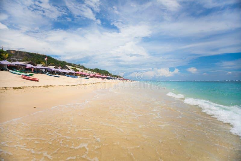 БАЛИ, ИНДОНЕЗИЯ - 12 11 2017: Прозрачная и чистая морская вода с запачканной предпосылкой пляжа pandawa в Бали стоковые фото