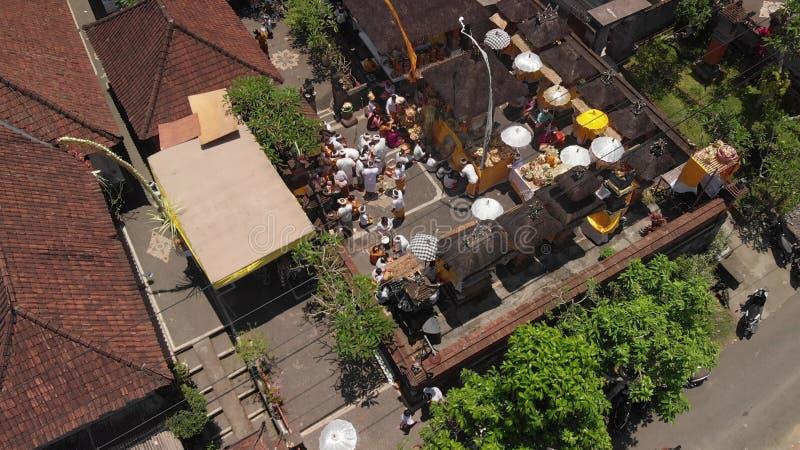 БАЛИ, ИНДОНЕЗИЯ - 3-ЬЕ ОКТЯБРЯ 2018: Вид с воздуха церемонии семьи балийской в небольшой деревне близко к зоне Ubud индусско стоковое изображение rf
