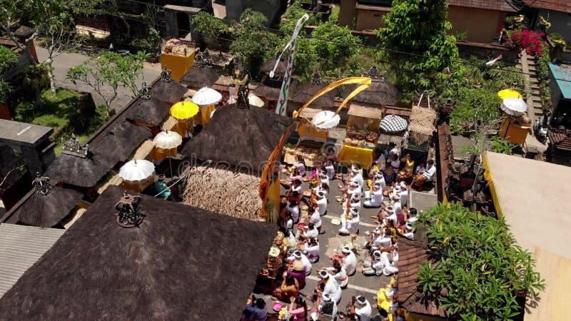 БАЛИ, ИНДОНЕЗИЯ - 3-ЬЕ ОКТЯБРЯ 2018: Вид с воздуха церемонии семьи балийской в небольшой деревне близко к зоне Ubud индусско стоковая фотография