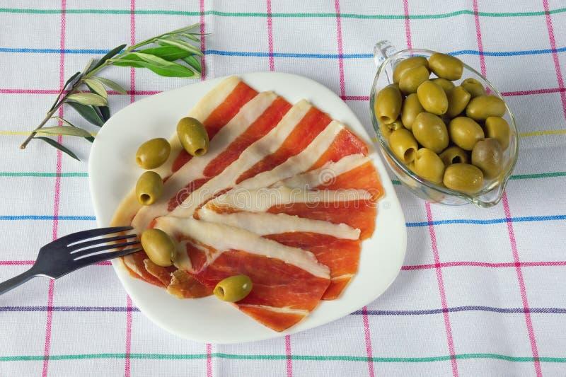Балканская кухня Куски ветчины сух-вылеченной prsut, ветчины стоковое изображение rf