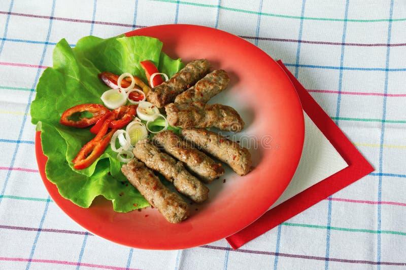 Балканская кухня Cevapi - зажаренное блюдо семенить мяса стоковые изображения rf