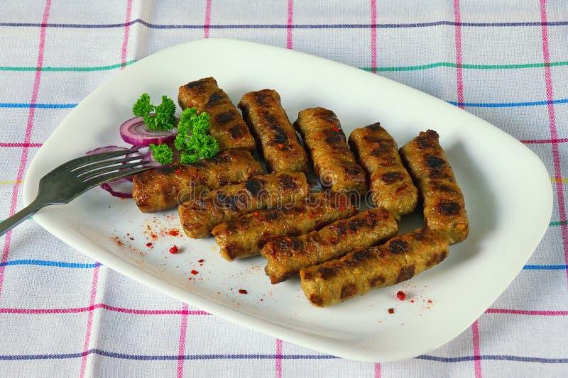 Балканская кухня Cevapi - зажаренное блюдо семенить мяса стоковое изображение