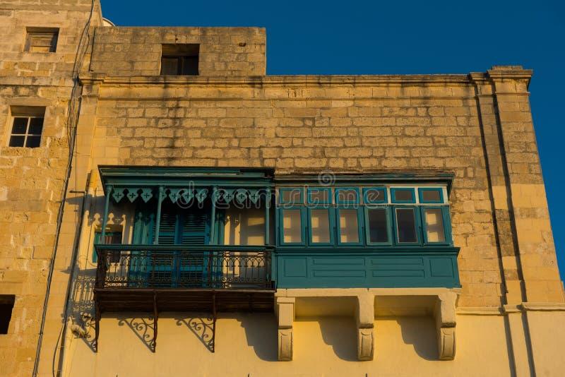 Балконы Валлетты, в светах позднего вечера стоковое изображение rf