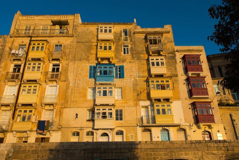 Балконы Валлетты, в светах позднего вечера стоковые фотографии rf