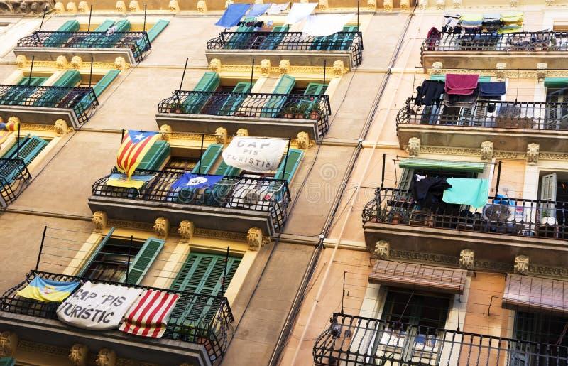 Балконы перед демонстрацией независимости в Барселоне, Испании стоковые фото