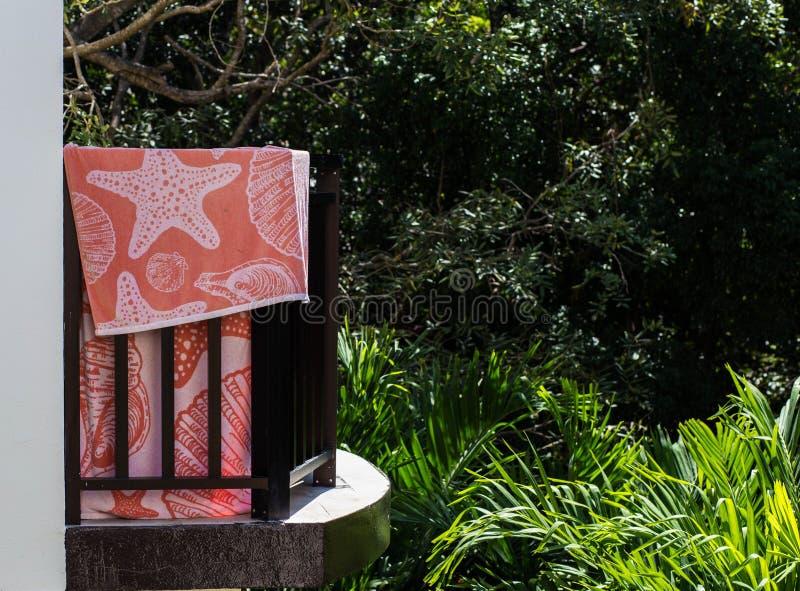 Балкон гостиницы с смертной казнью через повешение пляжного полотенца в тропическом лесе стоковые фото