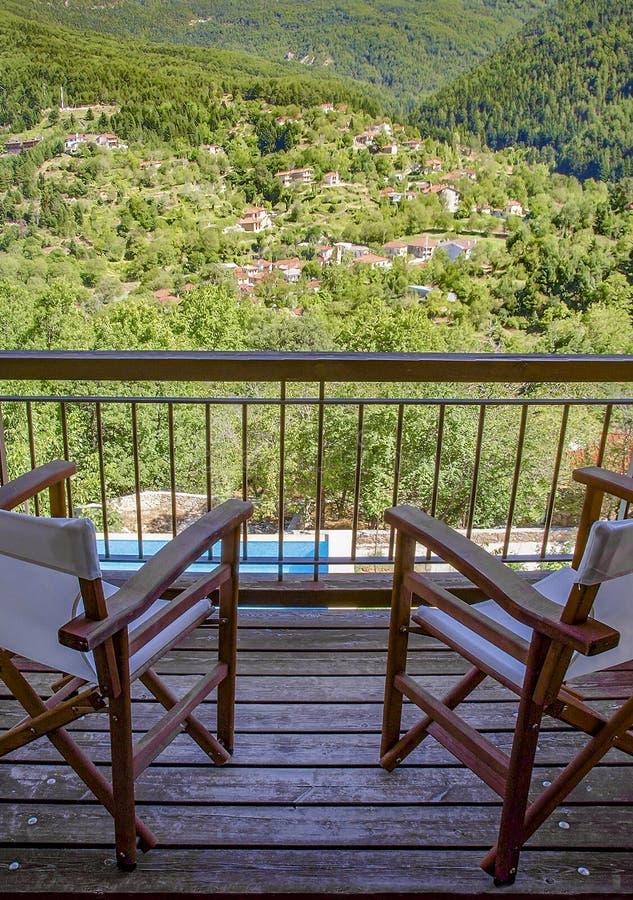 Балкон с взглядом для того чтобы позеленеть природу Деревня Zarouhla в Ahaia, Греции стоковое фото