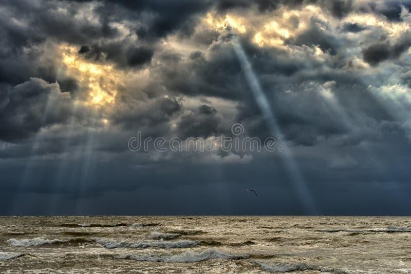 Балтийское море на заходе солнца, бурные облака стоковые изображения rf