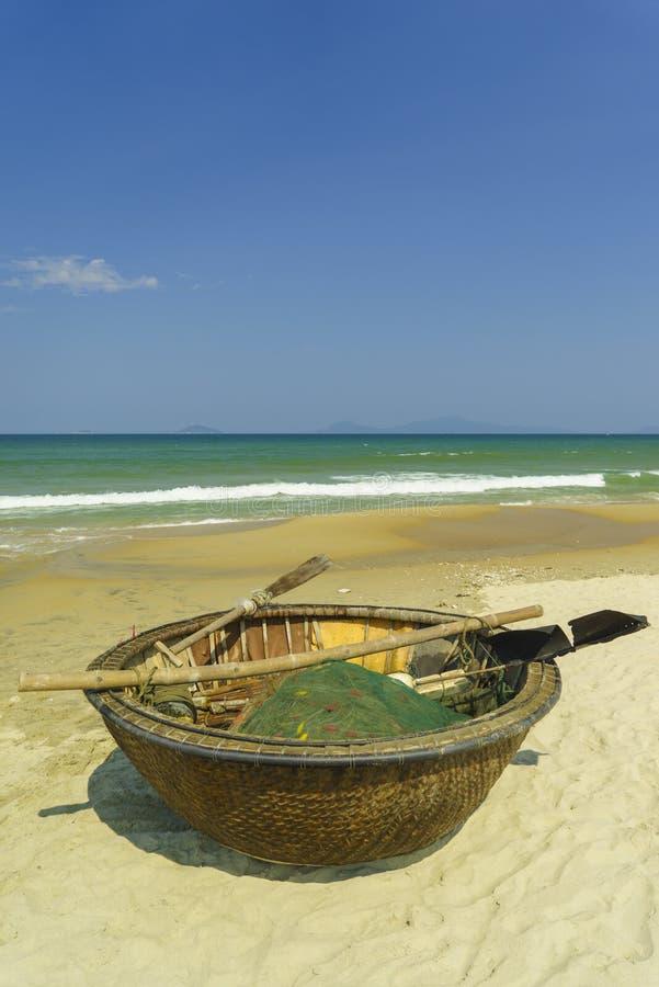 Бамбуковая водоустойчивая круглая рыбацкая лодка на пляже Китая в Vietn стоковое изображение rf