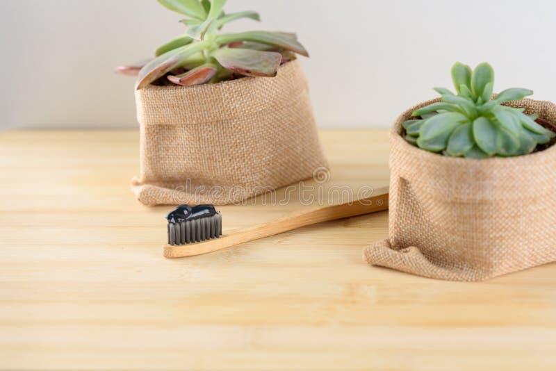 Бамбуковая зубная щетка с зубной пастой угля стоковые фотографии rf