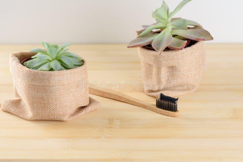 Бамбуковая зубная щетка с зубной пастой угля стоковые изображения