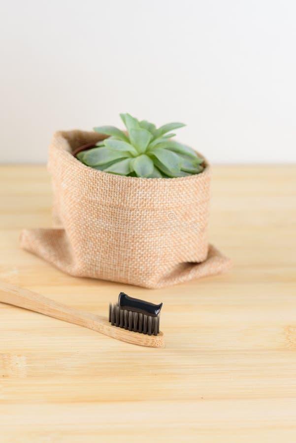Бамбуковая зубная щетка с зубной пастой угля стоковая фотография rf