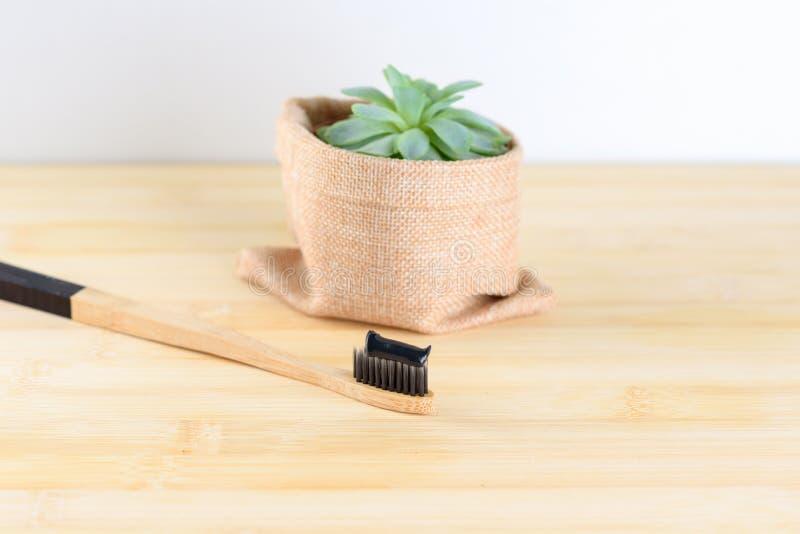 Бамбуковая зубная щетка с зубной пастой угля стоковое изображение rf