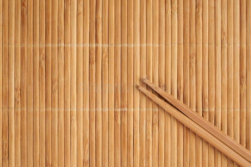 Бамбуковая салфетка и палочки стоковые изображения rf
