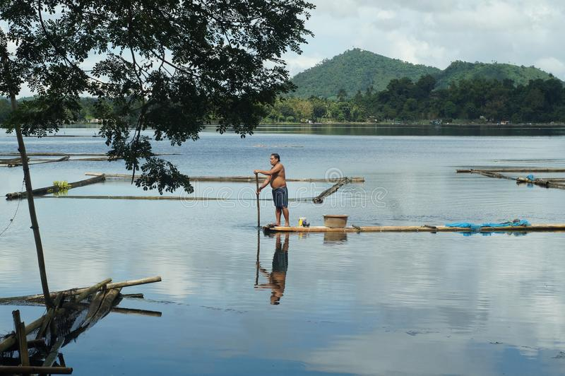 Бамбуковая хата построенная в середине озера стоковая фотография