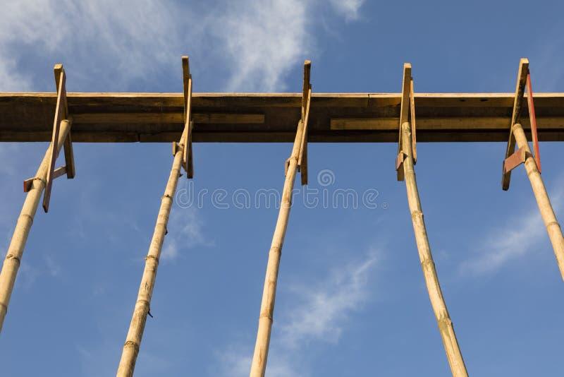 Бамбуковые леса в здании структуры на голубом небе стоковые изображения