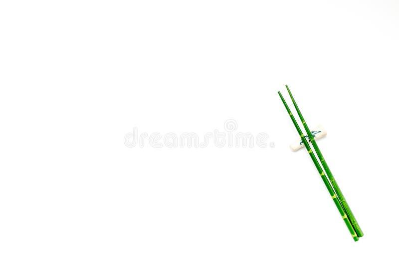 Бамбуковые ручки для суш и maki на белом модель-макете взгляда сверху предпосылки стоковое фото rf