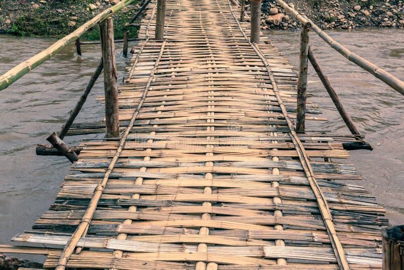 Бамбуковый мост в сельском районе стоковое изображение rf