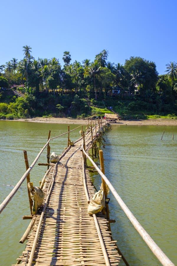 Бамбуковый мост над рекой стоковое изображение rf
