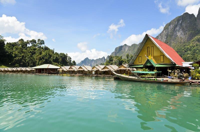 Бамбуковый плавая курорт стоковое изображение rf