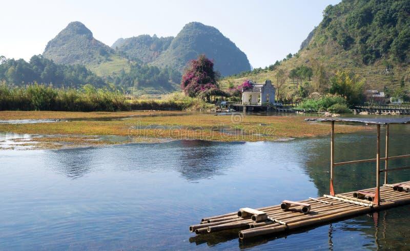 Бамбуковый сплоток плавая на реку с стоковое фото rf