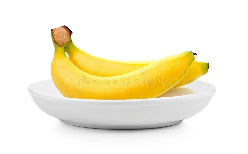 Бананы в плите на белой предпосылке стоковая фотография rf