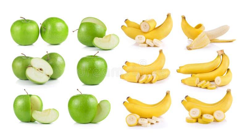 Бананы и яблоко на белой предпосылке стоковое изображение