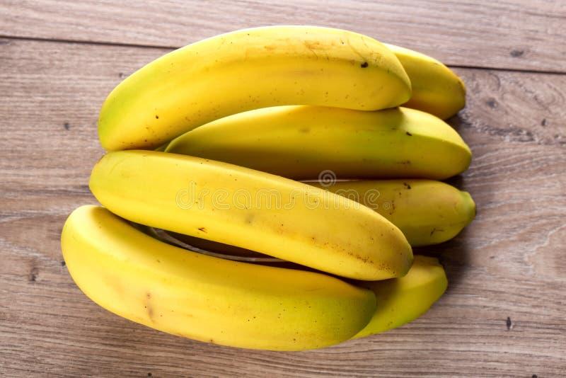 Бананы на деревянном столе стоковое изображение rf
