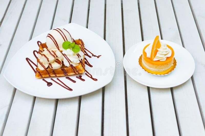 банан waffle мороженого 2 десертов с соусом шоколада и Ораном стоковые изображения