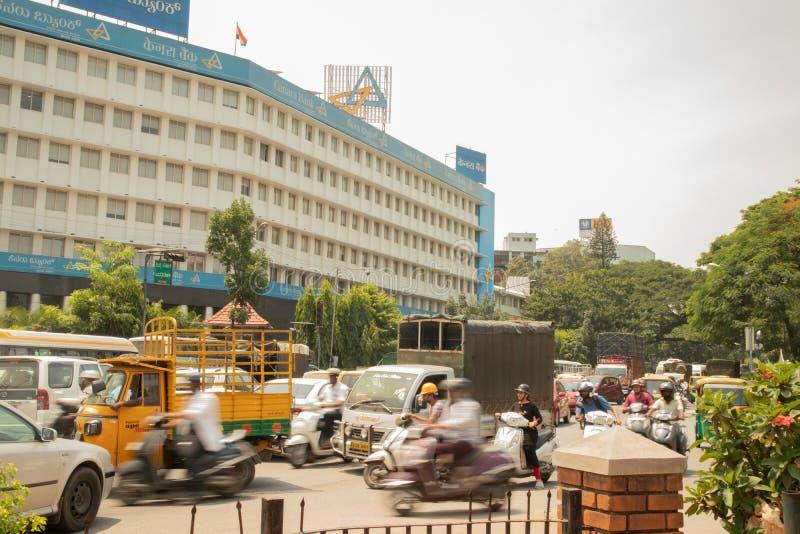 Бангалор, Karnataka Индия 4-ое июня 2019: Затор движения на банке Canara около круга Бангалора ратуши, Индии стоковая фотография rf