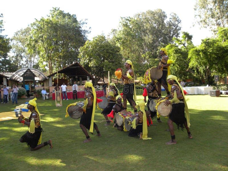 Бангалор, Karnataka, Индия - художники представления танца 1-ое января 2009 выполняя Dollu Kunitha, популярный танец барабанчика  стоковые изображения rf
